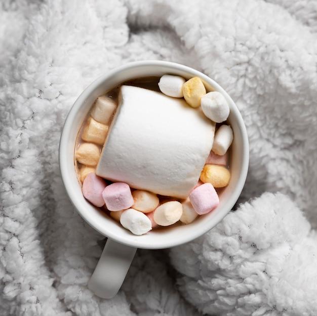 Tazza di cioccolata calda su accappatoio accogliente Foto Gratuite