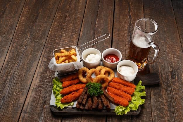 Набор кружки пива и закусок Premium Фотографии