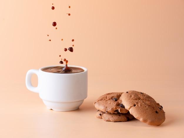 一杯のブラックコーヒーとビスケット Premium写真