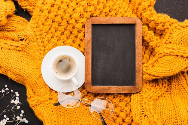 Чашка кофе рядом с рамкой Бесплатные Фотографии