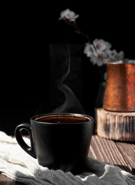 나무 표면에 향기로운 에스프레소 커피 한잔 무료 사진