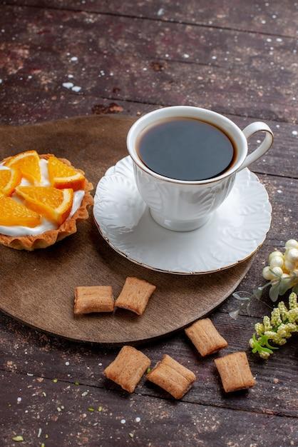Чашка крепкого и горячего кофе вместе с печеньем и апельсиновым пирогом на деревянном столе, фруктовый торт, кофейный бисквит Бесплатные Фотографии