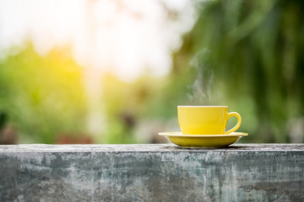 背景をぼかした写真とコーヒー1杯 Premium写真