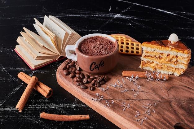 キャラメルケーキのスライスとコーヒーのカップ。 無料写真