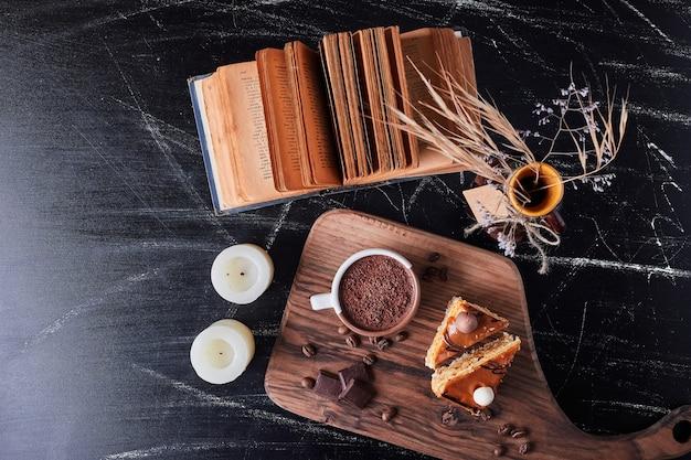 ケーキとチョコレートの部分とコーヒーのカップ 無料写真