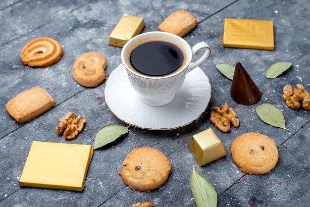 Чашка кофе с печеньем грецкие орехи на сером, печенье бисквитное сахарное сладкое Бесплатные Фотографии