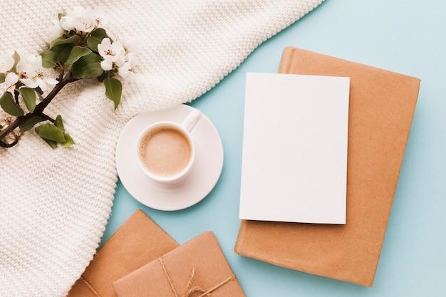 Чашка кофе с поздравительной открыткой и подарком Бесплатные Фотографии