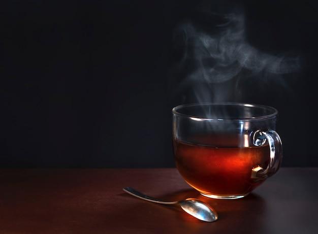 Чашка свежесваренного черного чая Premium Фотографии