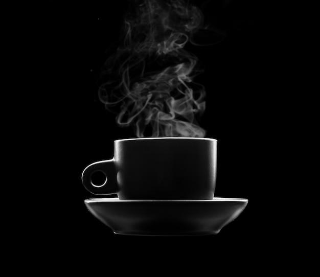 黒の温かい飲み物のカップ Premium写真
