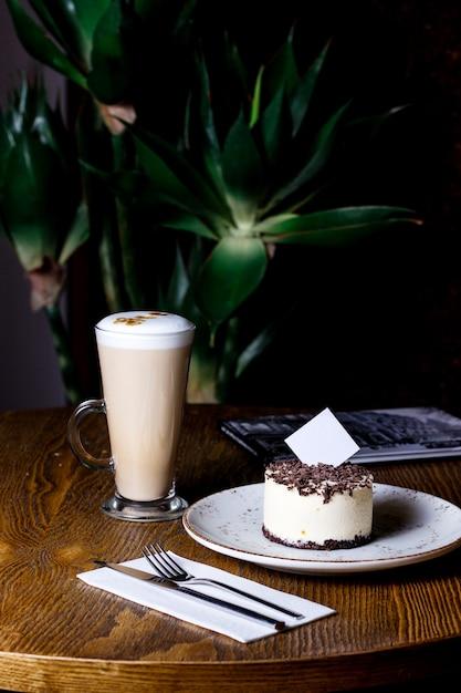 チョコレートをまぶしたチーズケーキとラテ1杯 無料写真