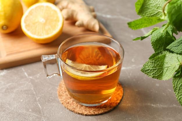 一杯のお茶、レモン、ジンジャー、ミントグレー、クローズアップ Premium写真