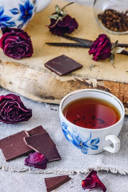 チョコレートバーとお茶のカップ。 Premium写真