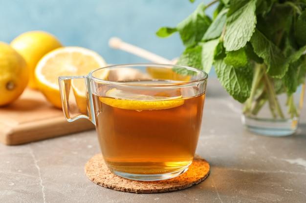 レモンとグレーのミントとお茶のカップをクローズアップ Premium写真