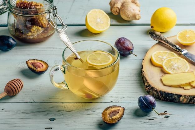 レモン、蜂蜜、生姜のお茶 Premium写真