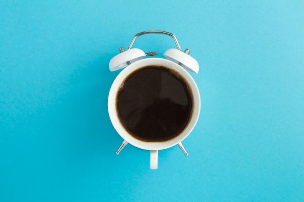 Чашка в форме часов с кофе Premium Фотографии