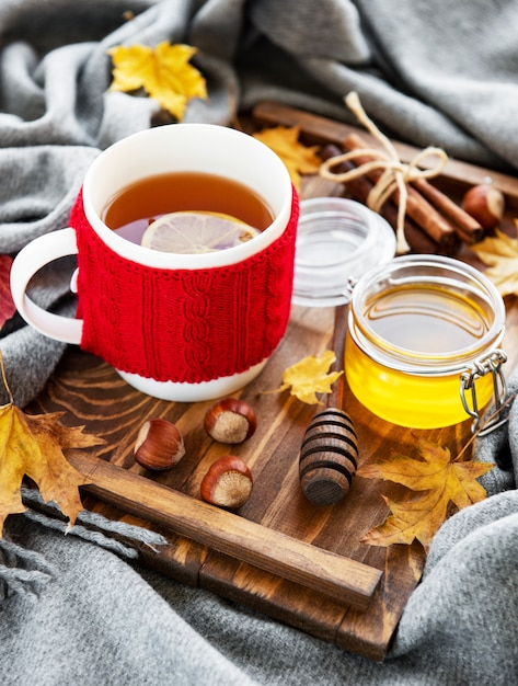 Cup of tea and autumn leaves Premium Photo