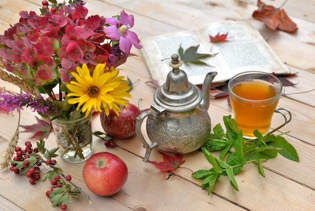 Cup of tea in autumnal decor Premium Photo