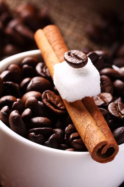 コーヒー豆とシナモンスティックのカップ 無料写真