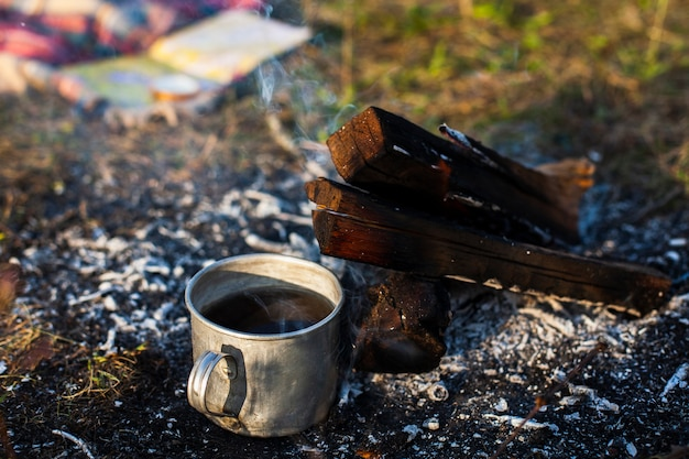 Cup with coffee next to extinguish fire Free Photo