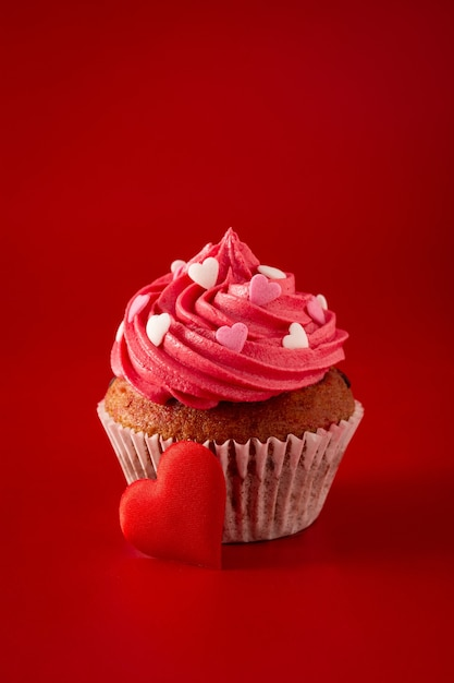 Cupcake decorated with sugar hearts for valentine's day Premium Photo