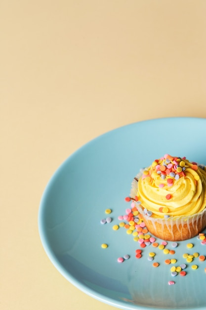 Cupcake su un piatto Foto Gratuite