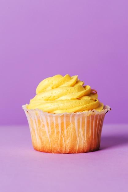 Cupcake sul tavolo viola Foto Gratuite