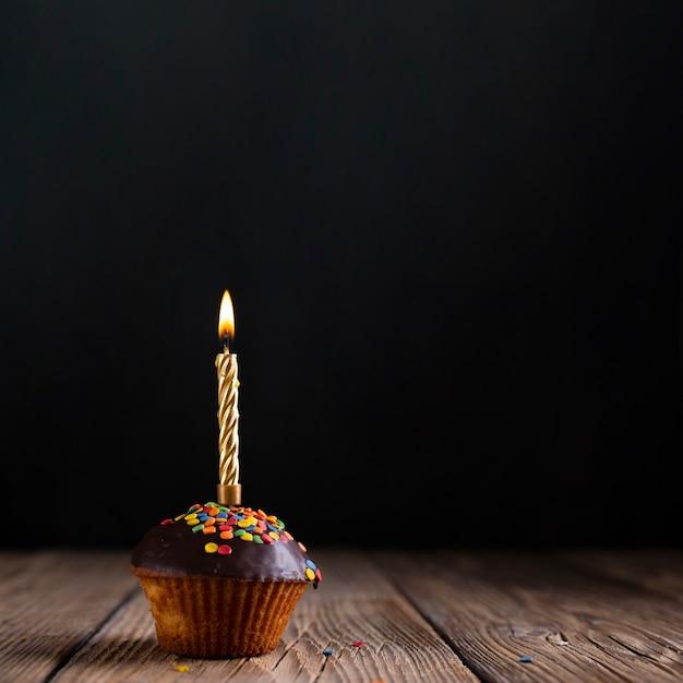 Cupcake con glassa e candela Foto Gratuite