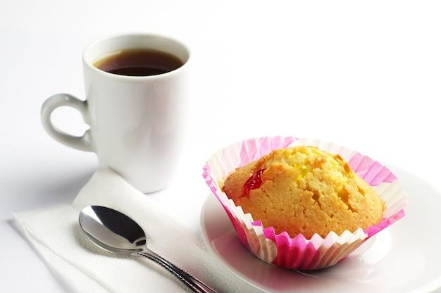 ナツメと一杯のコーヒーのカップケーキ Premium写真