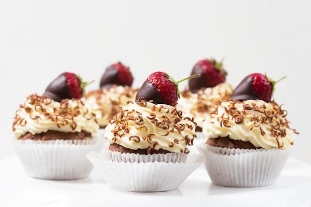Cupcakes decorated chocolate dipped strawberries Premium Photo