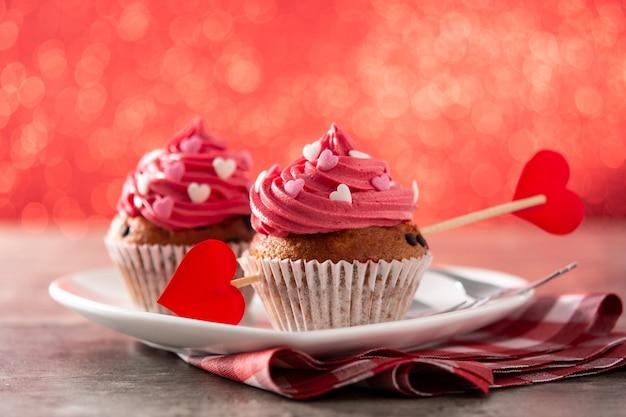 Cupcakes decorated with sugar hearts. valentine concept Premium Photo