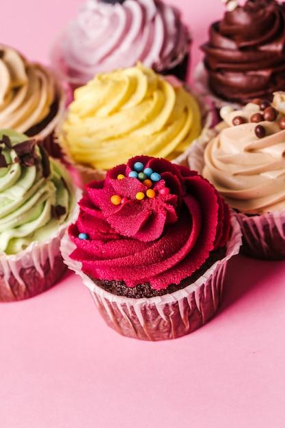 Cupcakes sul tavolo Foto Gratuite