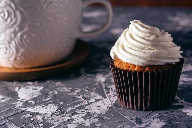 Кексы с чашками кофе. Premium Фотографии