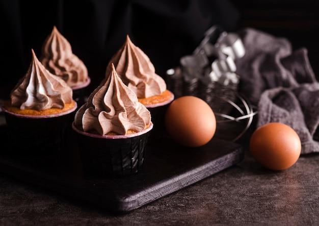 アイシングと卵のカップケーキ Premium写真