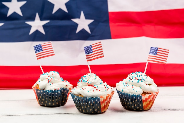 Cupcakes with sprinkles and paper usa flags Free Photo