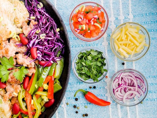 メキシコ料理の近くに野菜のカップ 無料写真
