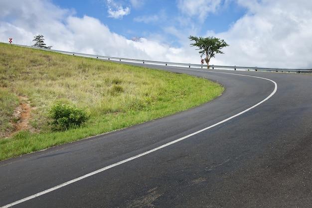 Curva autostrada attraverso un passo di montagna Foto Gratuite