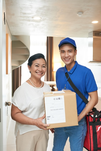 Customer and delivery man Free Photo