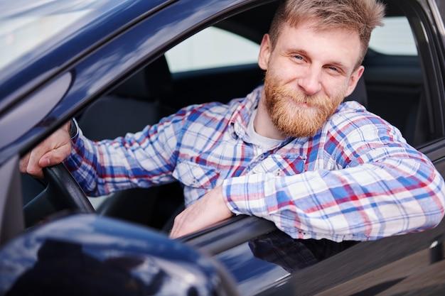 彼の新しい車で楽しんでいる顧客 無料写真