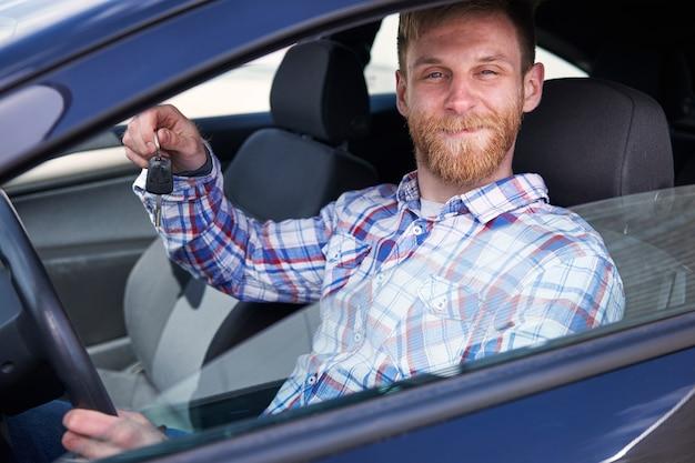 그의 새 차를 즐기는 고객 무료 사진