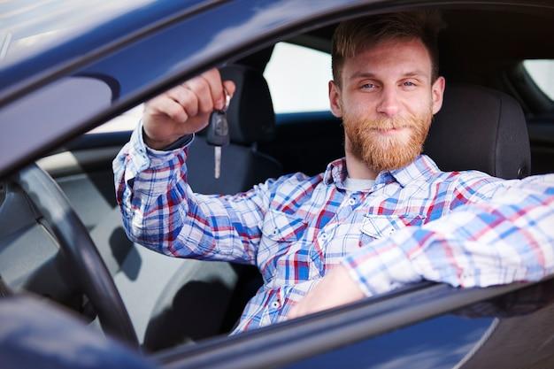 Cliente che si diverte con la sua nuova auto Foto Gratuite