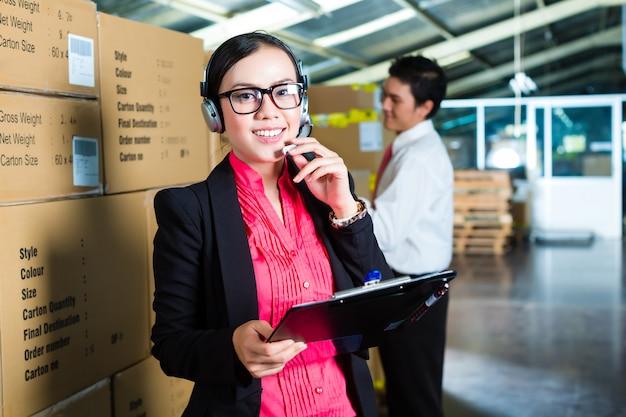 Customer service in a warehouse Premium Photo