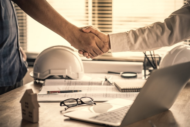 Customers handshake agreement with the contractor for construction of houses Premium Photo