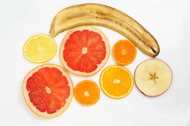 白い背景の上の果物を横切る Premium写真