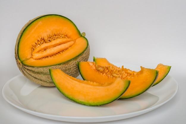 Cut cantaloupe with slices Premium Photo