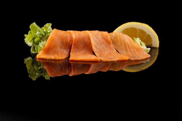 Tagliare il salmone a fette Foto Gratuite