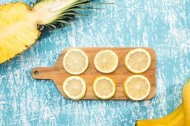 Нарезать ломтиками лимона на деревянной доске Бесплатные Фотографии