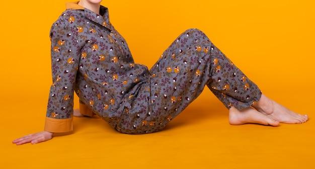 Милая и веселая женщина в домашней пижаме Premium Фотографии