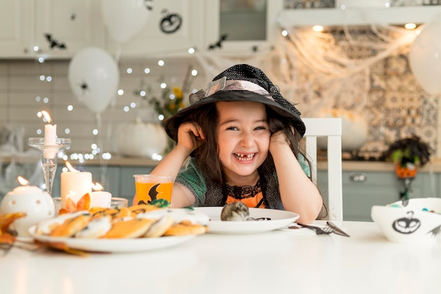 Милая и счастливая девушка с костюмом ведьмы Бесплатные Фотографии