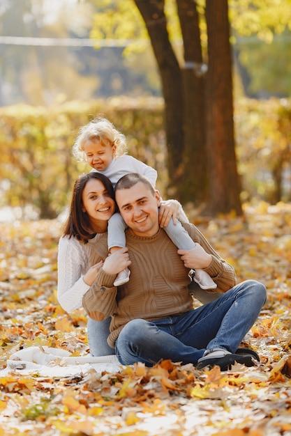 Милая и стильная семья играет в осеннем поле Бесплатные Фотографии