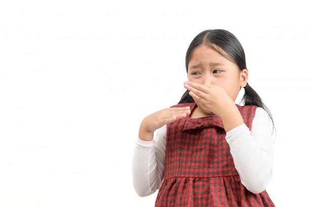 嫌悪感を持つ指で鼻を絞るかわいいアジアの女の子、 Premium写真